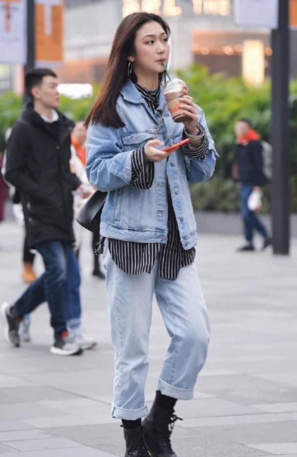 牛仔裤穿上会更有朝气的格调,百搭时髦又显美丽的优雅身姿
