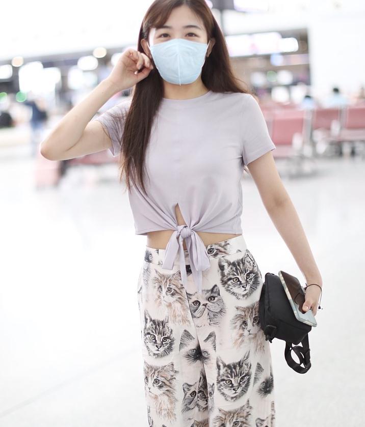 张含韵街拍:香芋紫露脐T恤小猫印花阔腿裤,清新又甜美