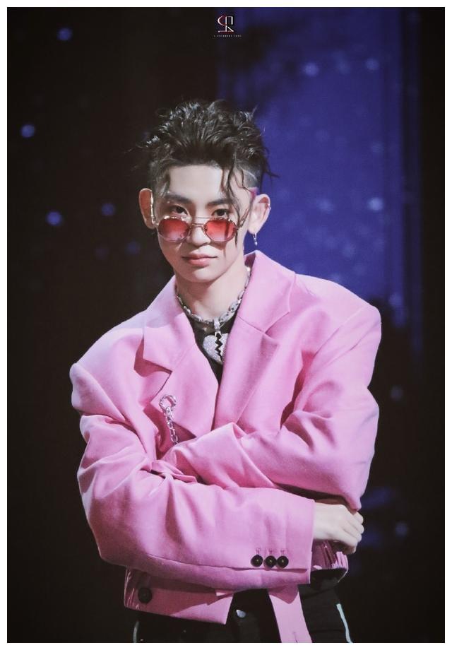 甜酷boy王琳凯粉西装配心碎项链,背头发型粉色鬓角超吸睛