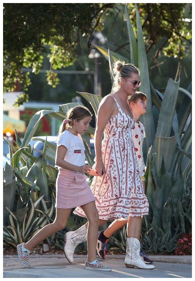 """""""变形女""""丽贝卡·罗梅恩和女儿们牵手遛弯,场面十分温馨和睦"""