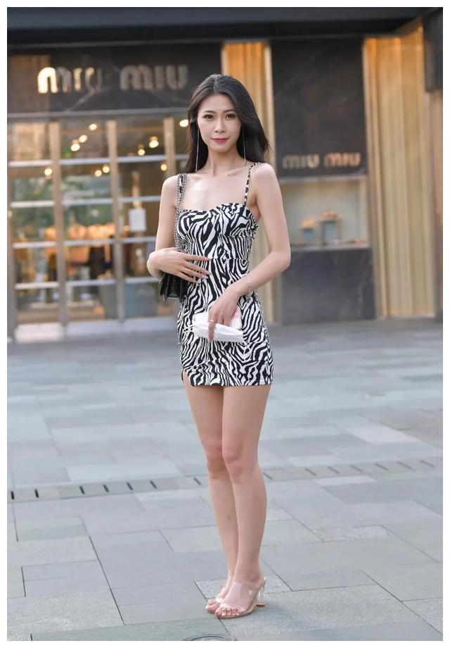 街拍:成熟女人可以通过时装使自己更年轻