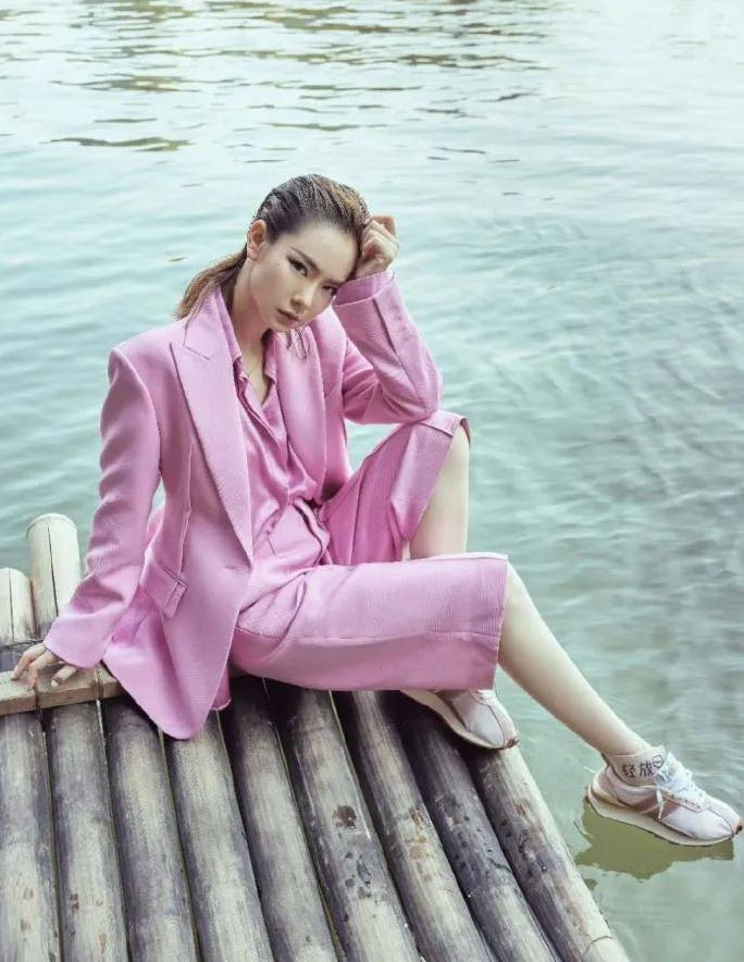 穿腻了各种潮流的混搭,偶尔试试简约时髦的套装,照样优雅有范