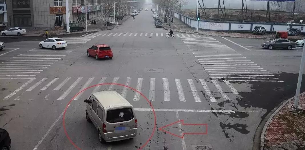 前车突然故障无法行驶,后车可以实线变道吗?答案很明确