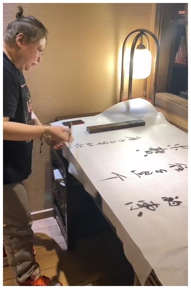 49岁韩红超会穿,千元潮鞋搭配大金表,书法苍劲有力获盛赞