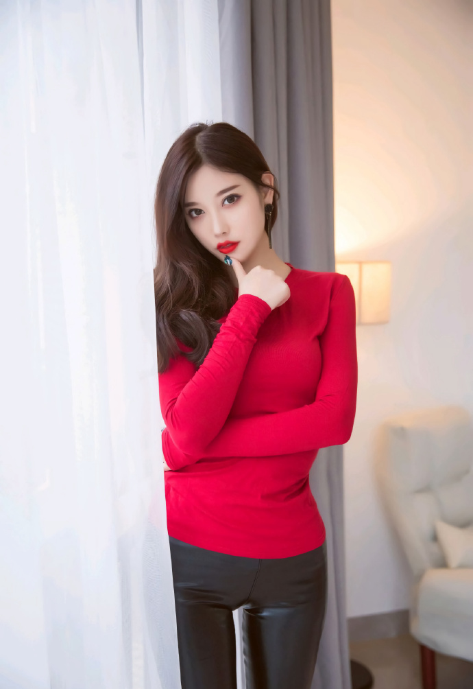 皮裤红衣,美丽时尚的女生很有魅力哦。