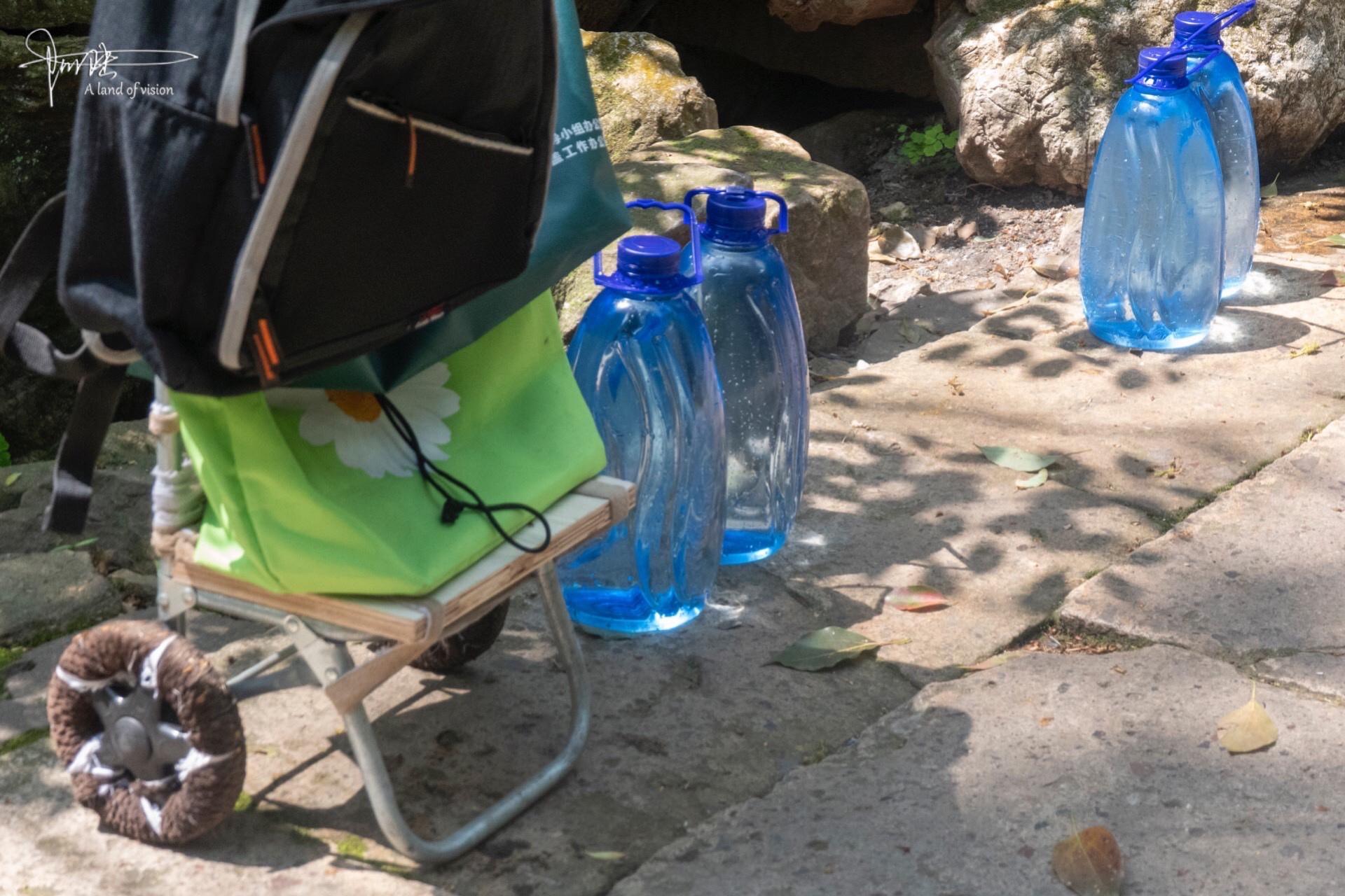 虎跑泉水在杭州算是最好的了,每天来这里打水的人络绎不绝