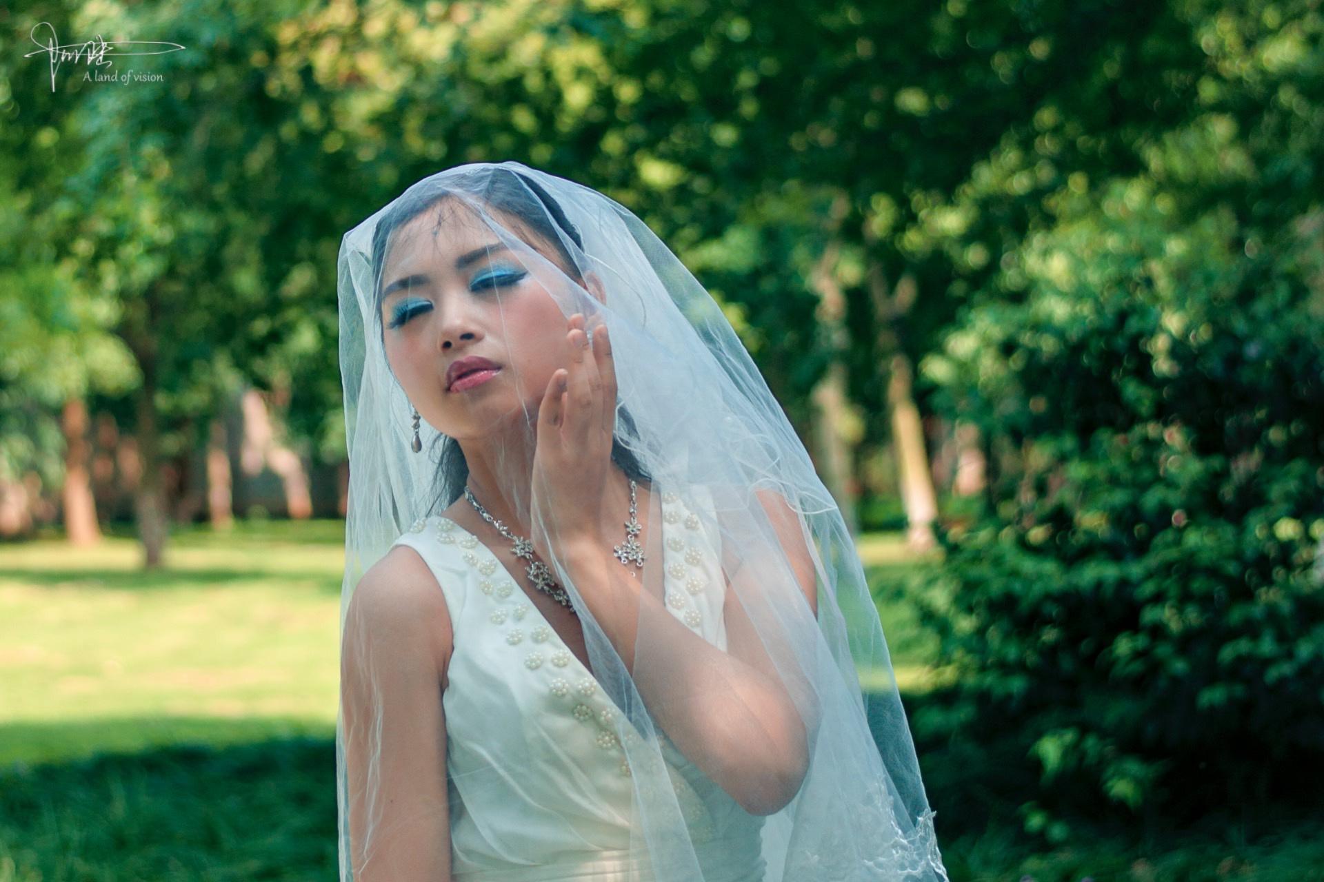 在绿树成荫的公园里,遇见一袭婚纱的新娘