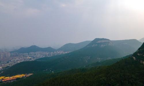 无人机航拍济南佛慧山,茂密的森林绿意盎然,一座天然的城市氧吧