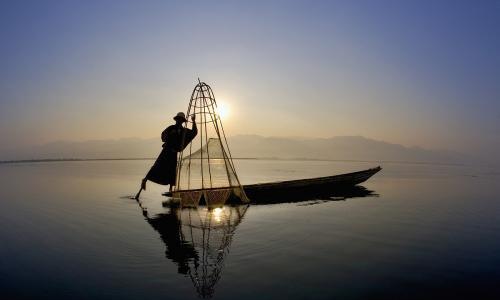 清朝一渔民,被鲸鱼吞下,他破鱼腹而出,漂流上百海里获救