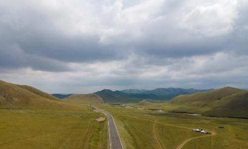 航拍最美草原公路达达线,沿途浓缩了草原风光的精华,自驾游必去