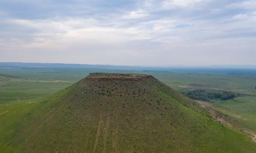 航拍锡林郭勒平顶山,神奇的草原火山,传说为成吉思汗削平