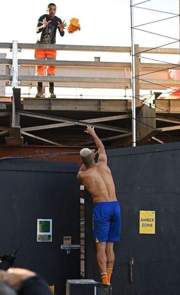 BOB体育:理查利森复出,埃弗顿止败,赛后送球衣给客队建筑工人