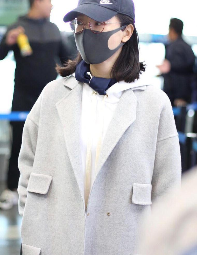 """陈数衣服真不""""一般"""",灰色大衣内搭白色卫衣走机场,干练又高级"""