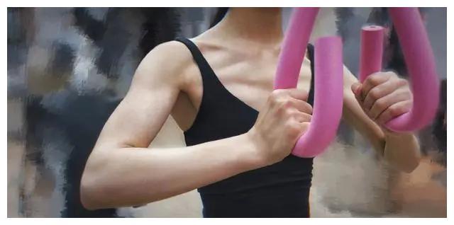 32岁赵丽颖健身身材太抢镜,蝴蝶背小蛮腰,网友:比生娃前还有料