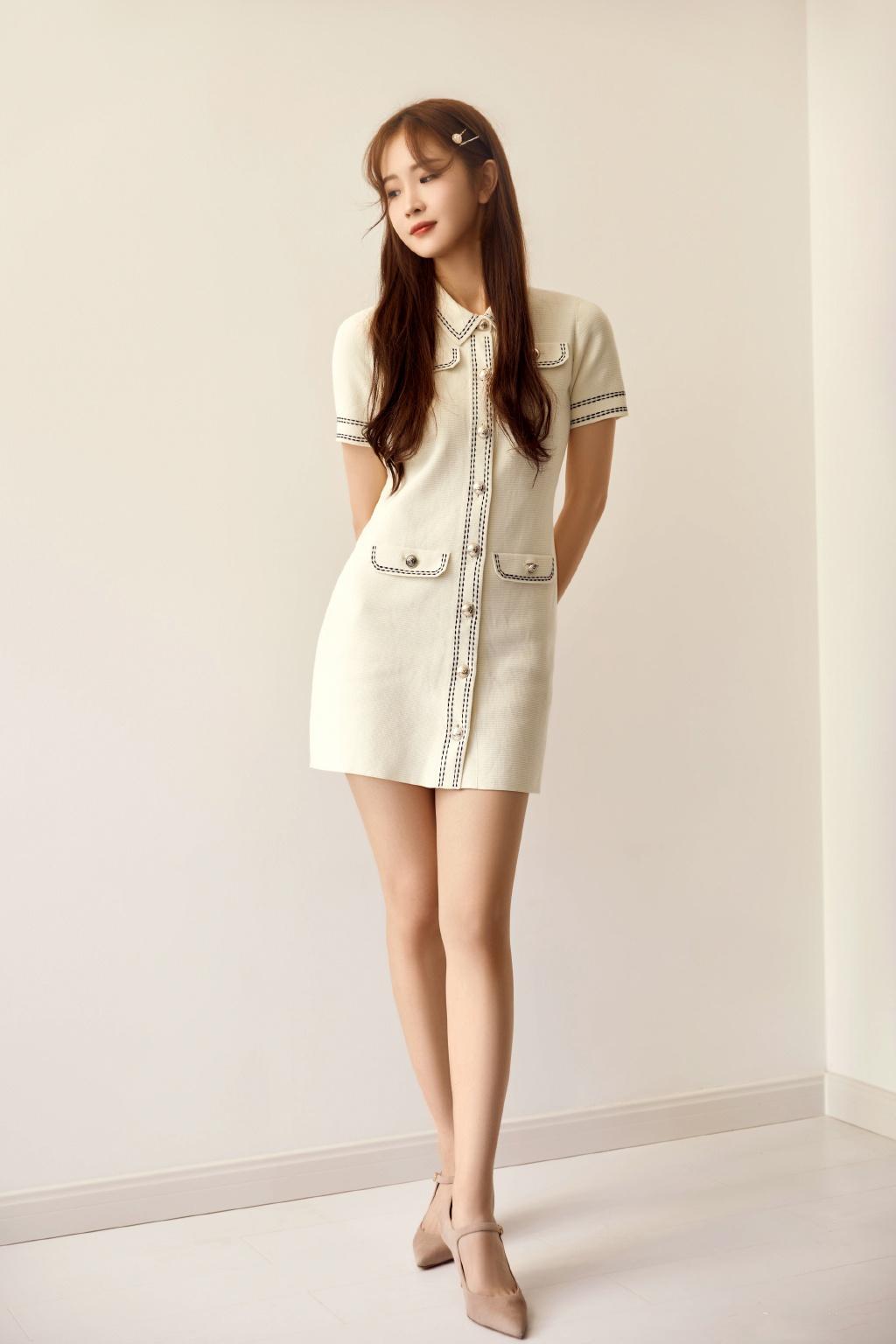 徐紫茵受邀出席活动,身穿Maje白色简约针织连衣裙