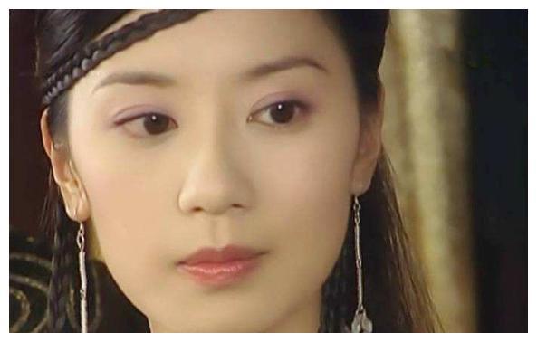 贾静雯的小女儿长开了,一双大眼睛炯炯有神,颜值比姐姐咘咘还高
