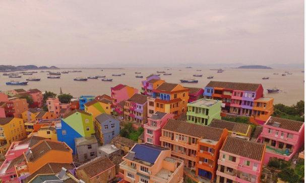 中国版的五渔村,自带马卡龙色建筑,带你走进梦幻的童话世界!