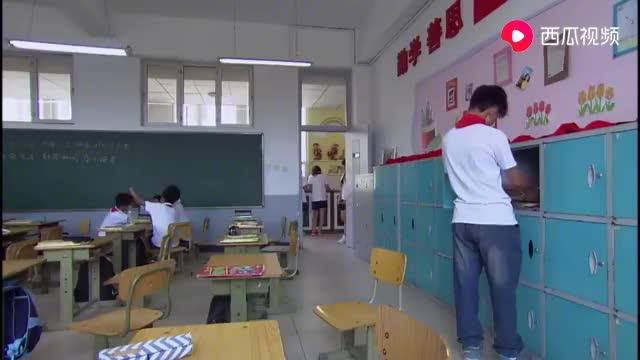 两小孩教室开战,这回可被教导主任抓住了吧