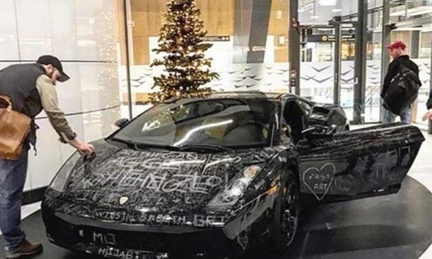 """800万兰博基尼被划成""""花猫脸"""",车主很满意,划痕越多越值钱"""