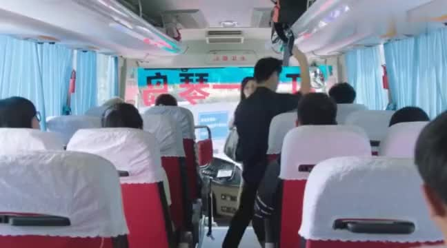 霸道总裁陪妻子坐公交车,一脸享受的样子,妻子却在一旁嫌弃