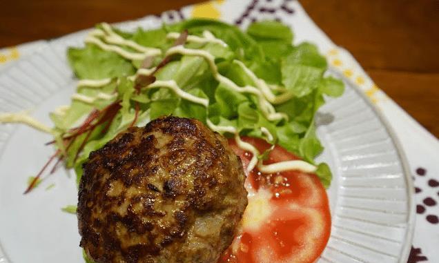 日式汉堡排,先煎后烤软嫩多汁,番茄炒牛肉片,平日下班后的晚餐