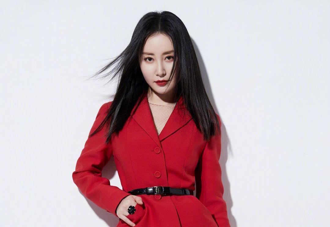 舒畅元宵节晒写真,红色纱裙西装混搭超喜庆,容颜俏丽精致迷人