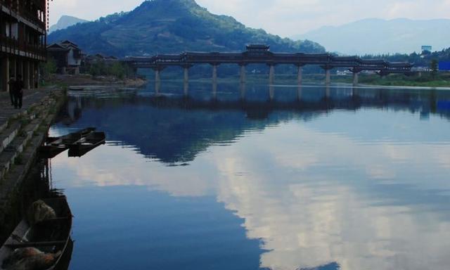 """四川又一免费古镇,拥有亚洲第一廊桥,人称黔江""""小凤凰"""""""
