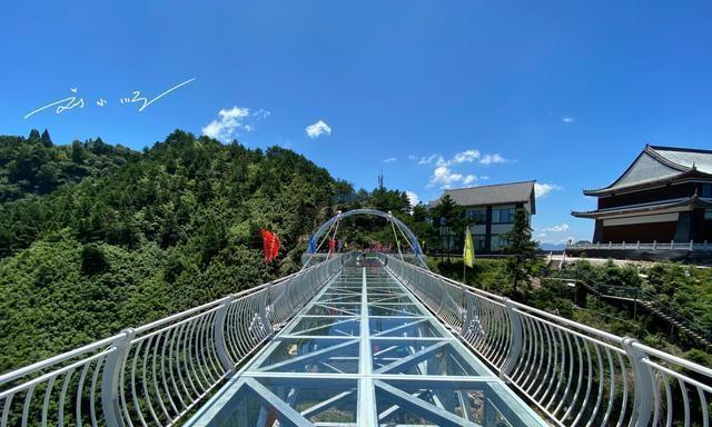 """江西上饶葛仙山有一条""""网红""""玻璃栈道,惊险刺激,游客还不多"""