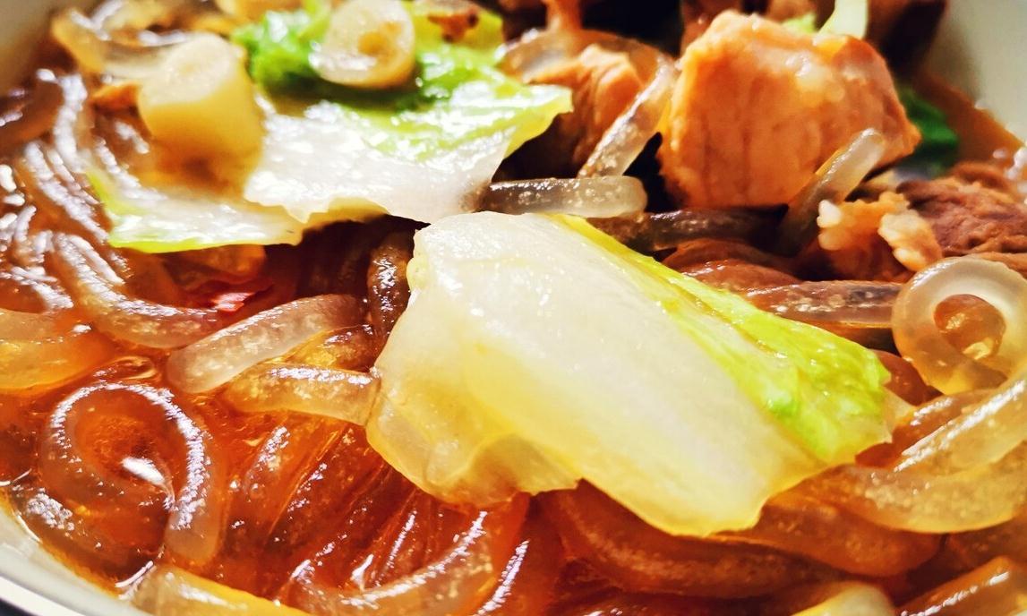 白菜猪肉炖粉条,天气渐冷,炖上这么一锅,热腾腾的好吃又暖和