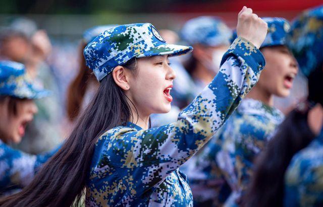 """南京艺术学院开展新生军训 """"萌妹子""""一身迷彩服展现靓丽青春"""