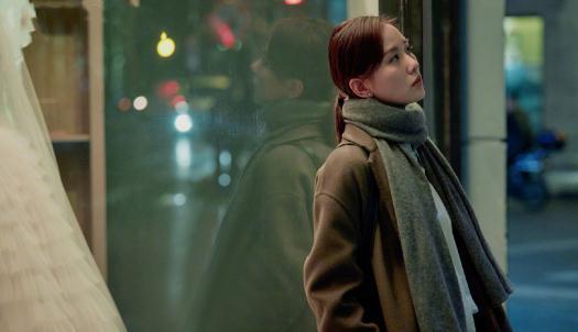 刘诗诗好像永远都是那么知性优雅,条纹针织衫+半身裙,气质超好