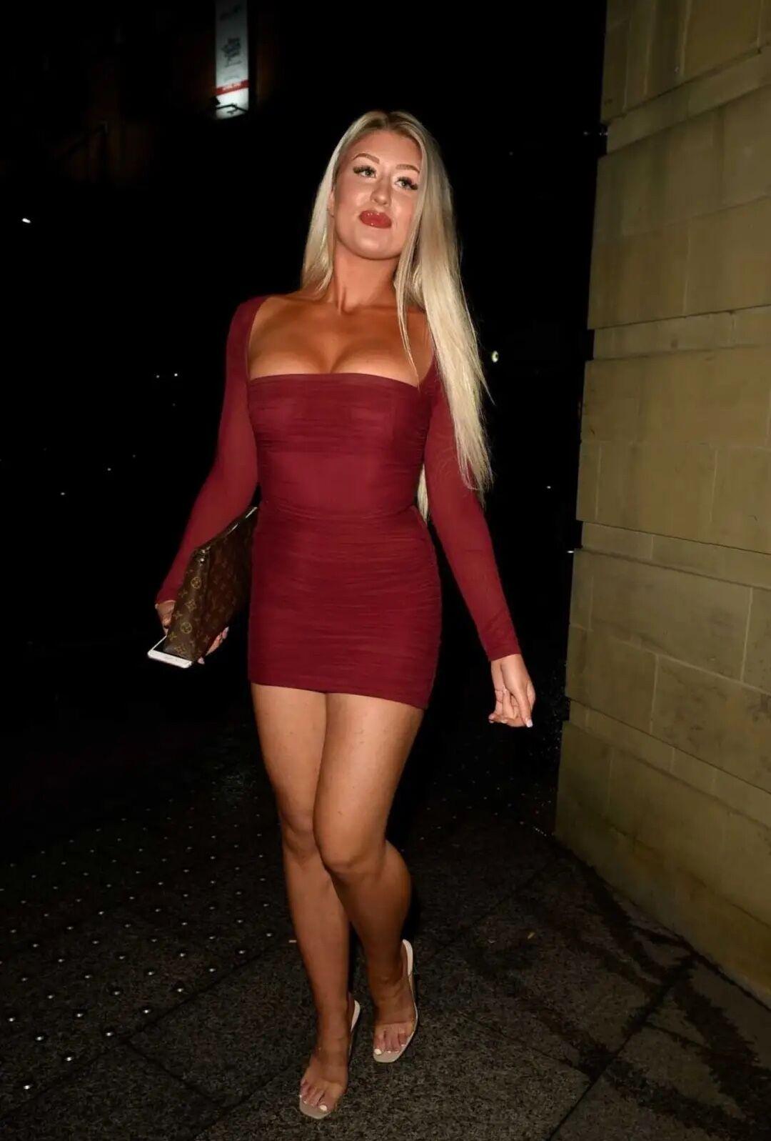 伊芙·盖尔现身街头,身着酒红连衣裙,一道靓丽风景线