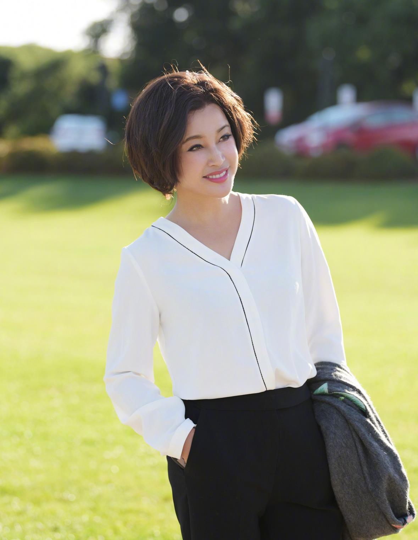 刘晓庆65岁不扮嫩,穿白衬衫搭配阔腿裤干练自信,气质更胜从前