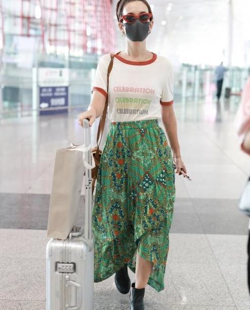 """韩庚老婆帅气不输他,穿身红配绿自信出门,墨镜形状是""""亮点"""""""