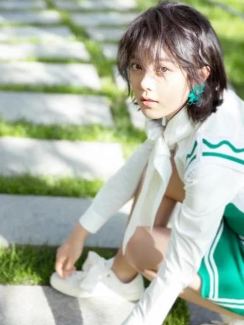 赵今麦给人的第一印象就是很年轻很可爱,跟他的服饰搭配有关