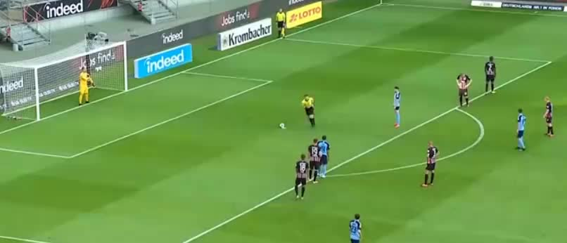 恩博洛在禁区内被恩迪卡绊倒,主裁判判罚点球,本塞拜尼主罚破门