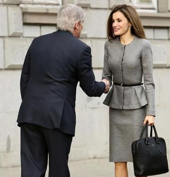 """西班牙王后带火了""""铅笔裙"""",知性干练又优雅,特适合40岁女人"""