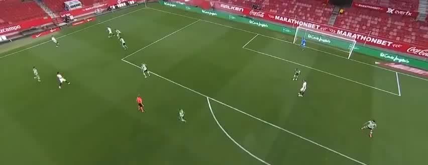 穆尼尔传中,吕克-德容头球顶偏了
