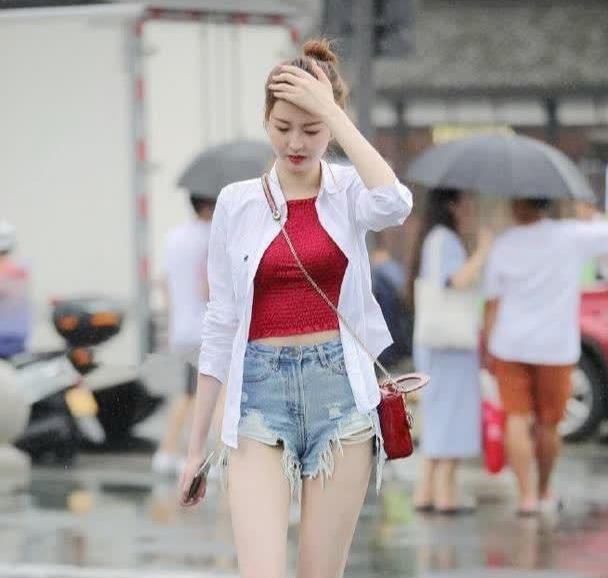 街拍:身穿白衬衫搭牛仔短裤,没有带伞遇到下雨不开心的小姐姐