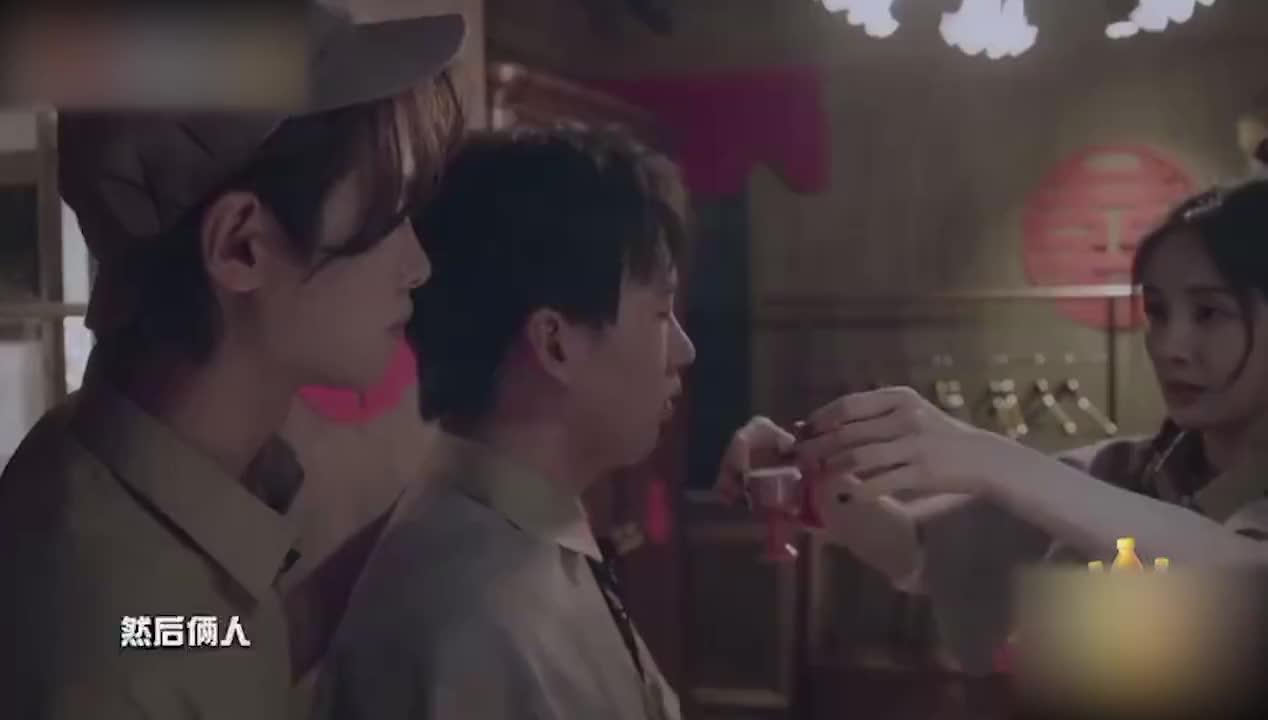 郭麒麟黄明昊喝交杯酒,杨幂在旁露出欣慰的姨母笑,磕CP的都懂