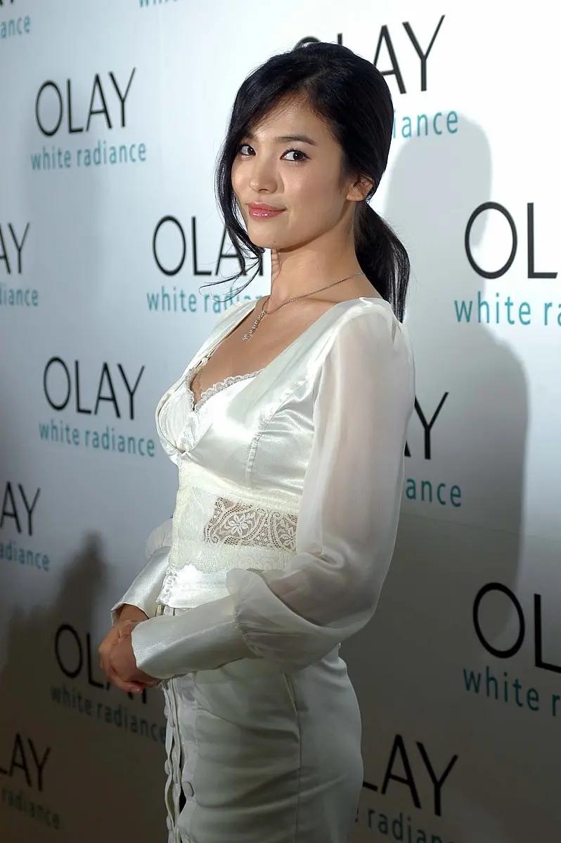 宋慧乔出席活动,一袭白色连衣裙,造型复古丰满迷人