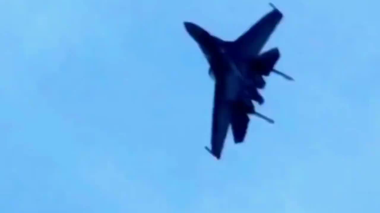燃!苏-35战斗机装备矢量发动机展示空中眼镜蛇动作