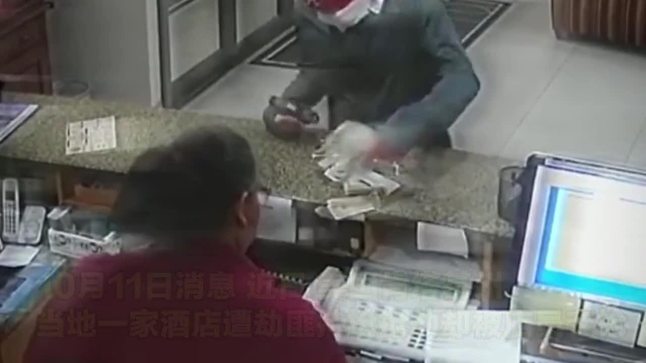 剧情瞬间反转美国一劫匪持枪入店抢劫 店员见机夺枪吓退劫匪1