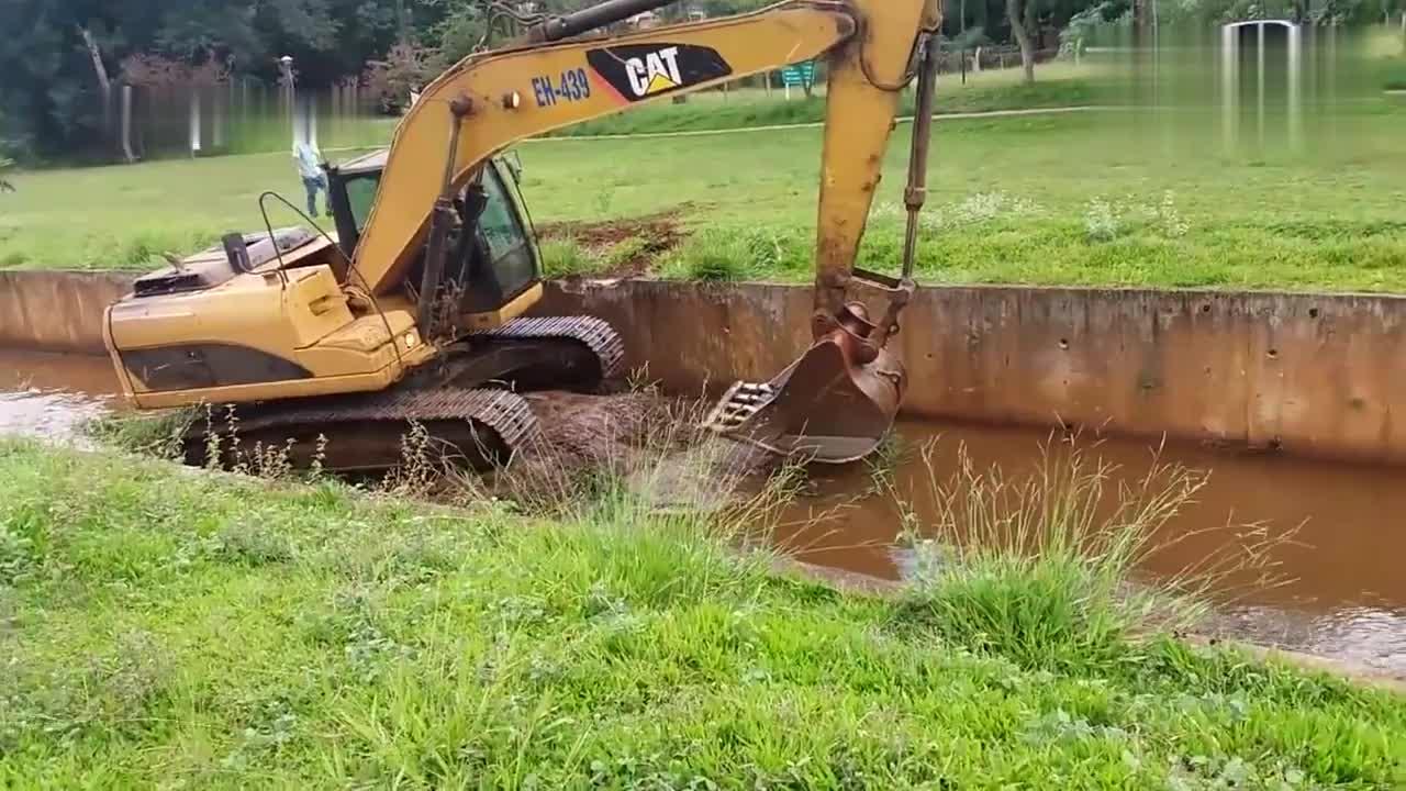 这才叫老司机,看完挖掘机爬水渠过程,我服了!
