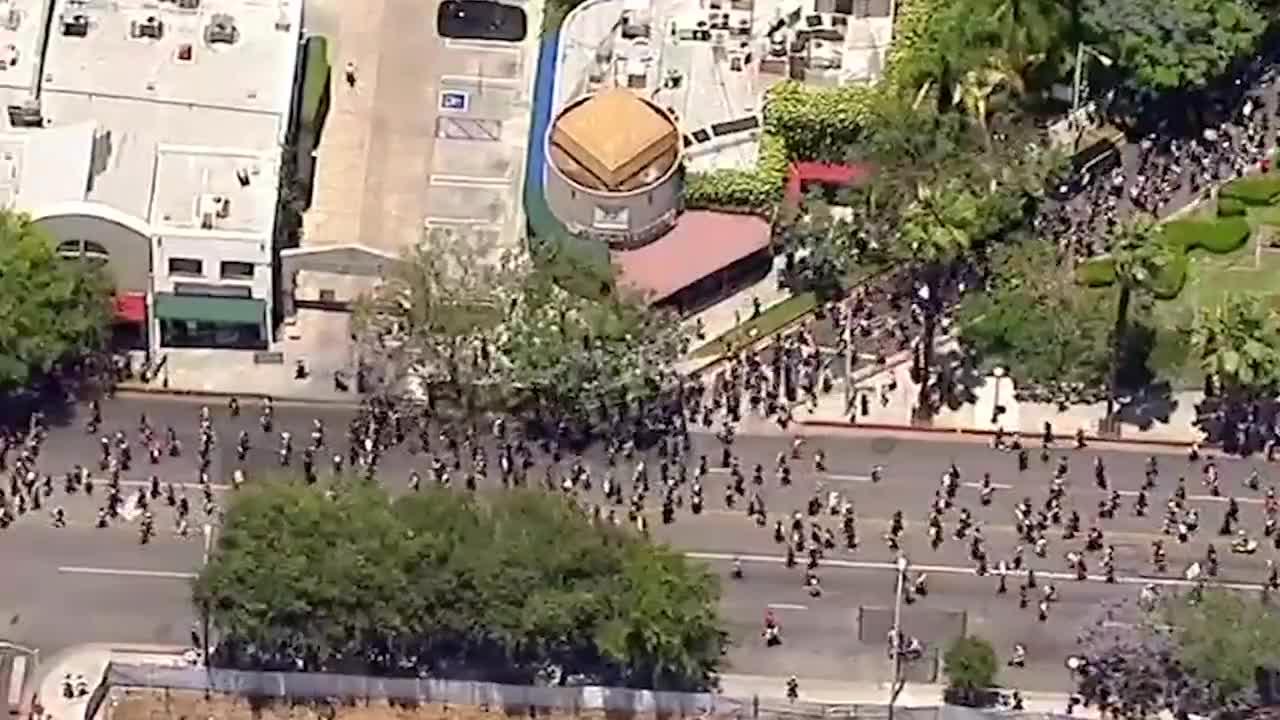"""要同美军""""硬碰硬""""?大量黑人全副武装游行示威,高呼要脱离美国"""