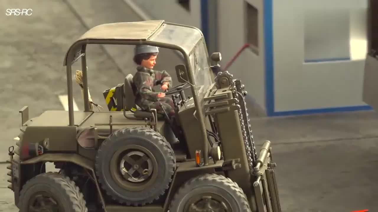 RC模型:超详细的军事基地,各种车辆在行动