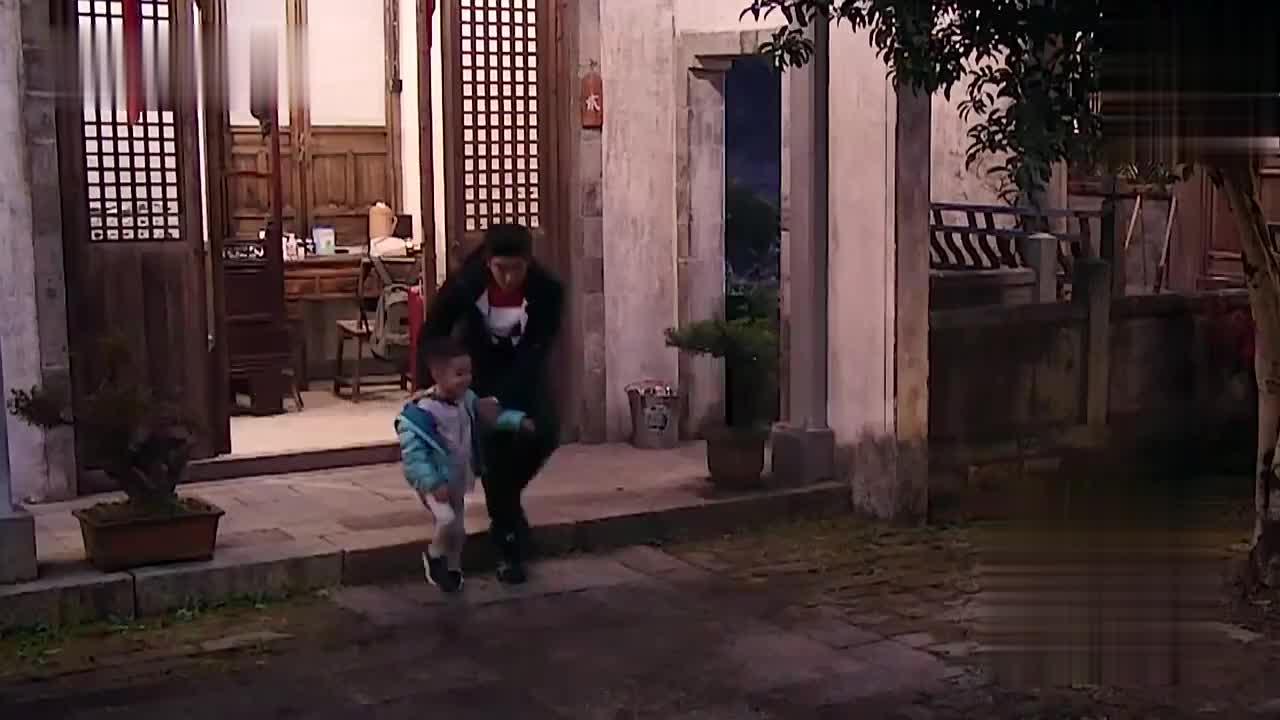 杜江自己不敢叫陈小春做饭,结果怂恿Jasper和萌娃们去催饭