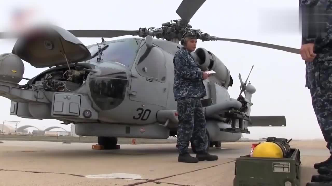 MH-60直升机装载并发射地狱火II空对地导弹 型号AGM-114