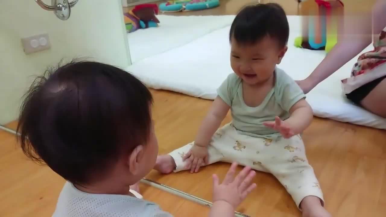 可爱宝宝和镜子里的自己玩的不亦乐乎,孩子的快乐就是这么简单!