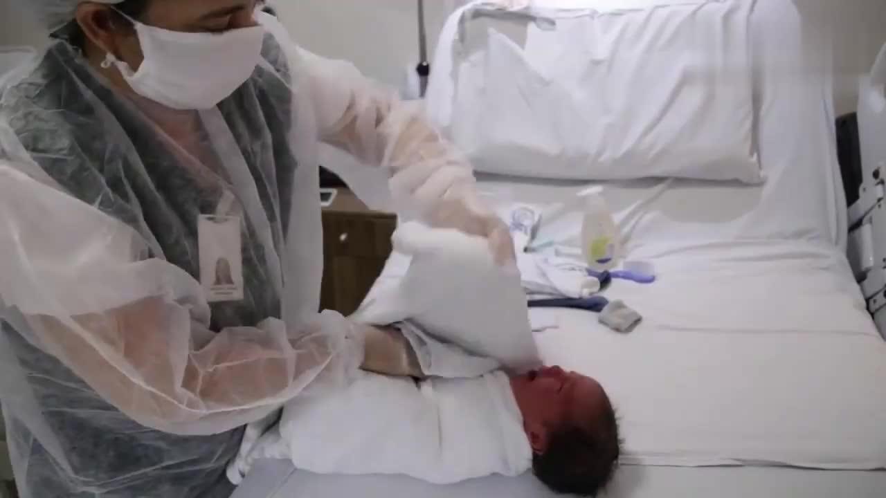 实拍美国护士给新生儿宝宝洗澡,这手法看起来和我洗南瓜差不多!